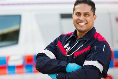 apuesto personal de ambulancias masculina con los brazos cruzados