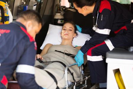paciente en camilla: el cuidado del paciente enfermo reconfortante paramédico en ambulancia