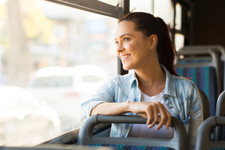 felicidade: bela e jovem mulher tomando ônibus para o trabalho Imagens