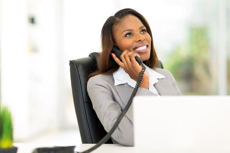 mujer trabajadora: feliz empresaria africana hablando por tel�fono Foto de archivo