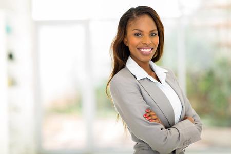 African American: retrato de la joven mujer de negocios muy afroamericano en el cargo