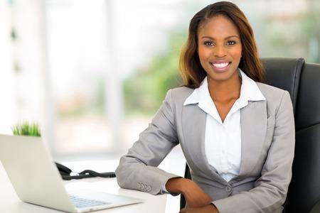 elegant woman: hermosa empresaria afroamericana joven sentado en la oficina