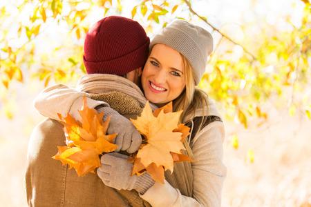 pareja apasionada: encantadora pareja abrazos en el bosque de otoño Foto de archivo