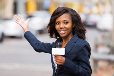 professionele Afrikaanse journalist in de live uitzending op straat