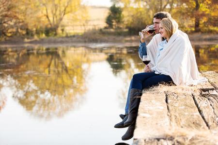 행복한 커플을 함께가 호수에 의해 함께 지출 시간을 즐기고 스톡 콘텐츠