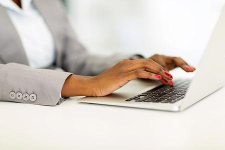 mecanograf�a: close up de africanos de negocios manos que trabajan en la computadora port�til Foto de archivo