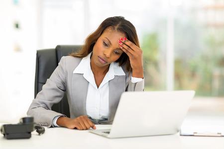 gente triste: triste empresaria estadounidense sentado en la oficina moderna