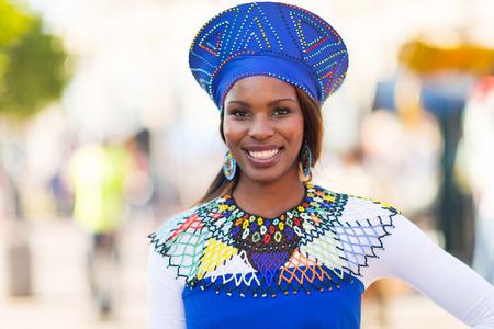 retrato de joven mujer africana en la ropa tradicional