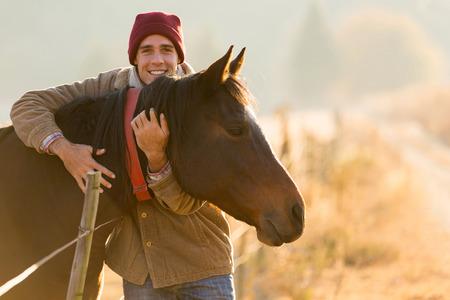 Portrait d'un homme heureux embrassant son cheval dans le ranch