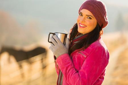 caballo bebe: mujer feliz que tiene al aire libre del café de la mañana