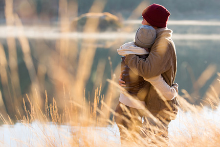 parejas enamoradas: Vista posterior de la hermosa joven pareja abrazos en invierno
