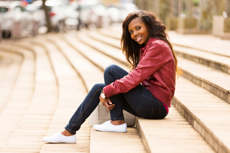 femme africaine: belle femme africaine assis en plein air sur les marches