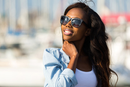beautiful young african woman wearing sunglasses 스톡 콘텐츠