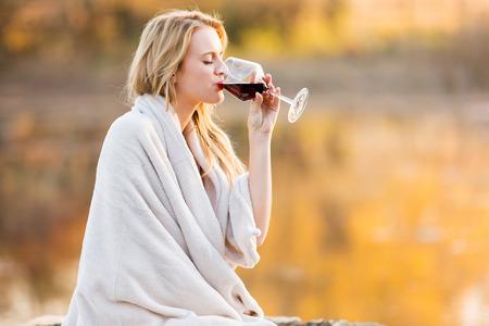 bebiendo vino: hermosa mujer rubia beber vino tinto al atardecer Foto de archivo