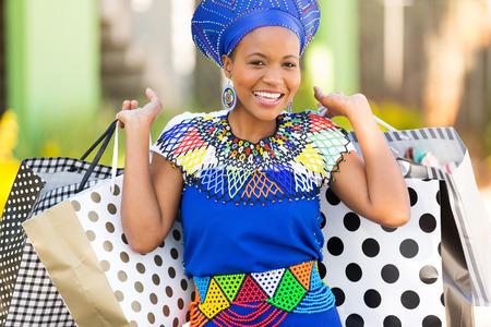 Porträt attraktive schwarze Frau mit Einkaufstüten Standard-Bild - 30771625