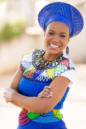 jonge Zuid-Afrikaanse zulu vrouw in traditionele kleding in openlucht