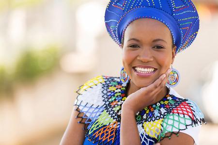 close-up portret van schattige Zuid-Afrikaanse vrouw in openlucht