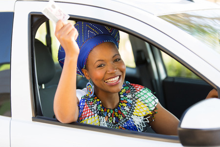 modelos negras: alegre mujer africana sosteniendo su permiso de conducir