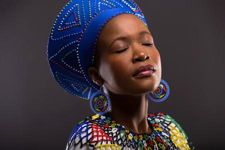 ojos cerrados: hermosa mujer de negro en la ropa tradicional con los ojos cerrados Foto de archivo