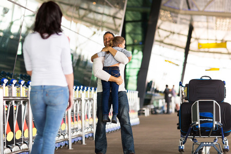 gente aeropuerto: reuni�n de la familia feliz en el aeropuerto