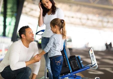 the farewell: hombre que viaja a hablar con su hija en el aeropuerto antes de la salida