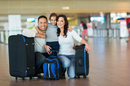 femme valise: portrait de famille mignonne à l'aéroport Banque d'images