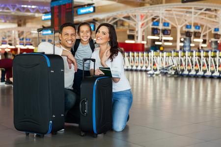 allegra famiglia con i sacchetti di bagagli all'aeroporto
