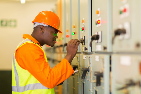 Professionele Afro-Amerikaanse technicus opschrijven machine instelling gegevens Stockfoto - 31969046