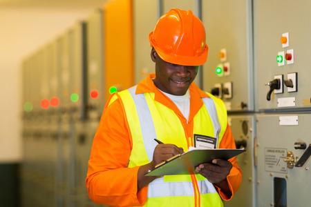 ingenieur electricien: ing�nieur �lectrique africain dans la salle de commande du poste