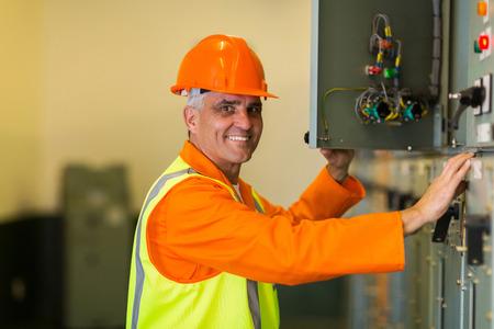 meter box: feliz electricista mediados edad casilla de verificaci�n Control industrial Foto de archivo