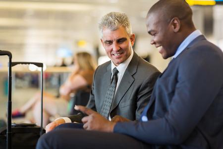 twee professionele zakelijke partners op de luchthaven wachten op hun vlucht