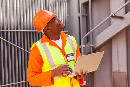ingenieur electricien: ing�nieur �lectrique africain utilisant un ordinateur portable en station Banque d'images