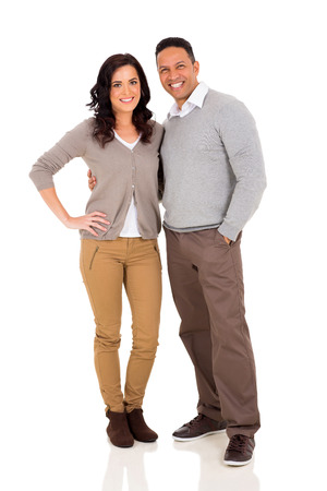 mannen en vrouwen: schattig mid leeftijd paar knuffelen op een witte achtergrond Stockfoto