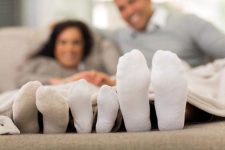 familie die hun voeten onder de deken Stockfoto