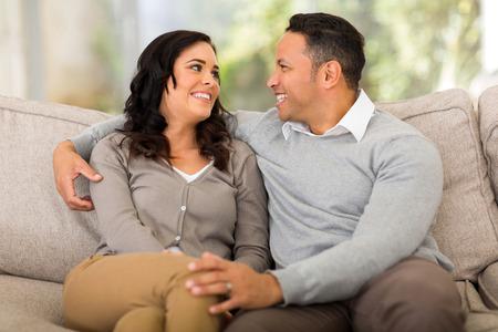 matrimonio feliz: en el amor pareja de j�venes que buscan el uno al otro en casa
