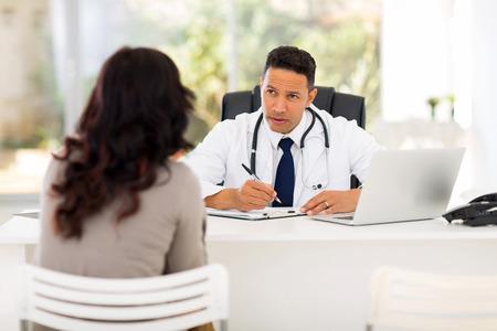 전문 의사 사무실에서 환자를 컨설팅 스톡 콘텐츠