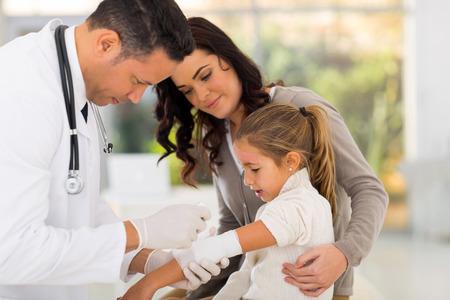 lesionado: doctor en medicina vendar los pacientes heridos en el hospital