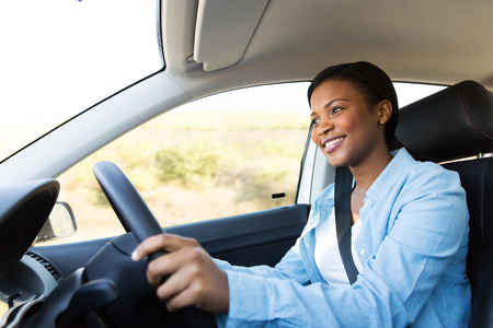 negras africanas: hermosa mujer africana joven que conduce un coche