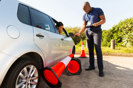 student chauffeur maken fout tijdens het rijexamen, loopt over verkeerskegels