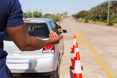 lekce: autoškoly učit mladou dívku zvrátit