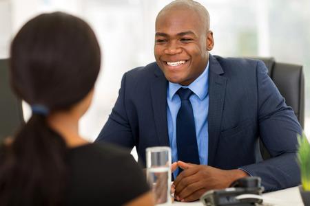 agente comercial: éxito afroamericano cliente para reuniones corredor de seguros en la oficina