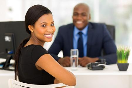 entrevista: empleado de oficina atractivo africano mirando hacia atrás Foto de archivo