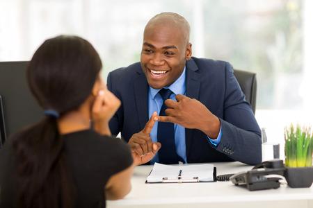 amigable africano reunión de negocios americano con el cliente Foto de archivo