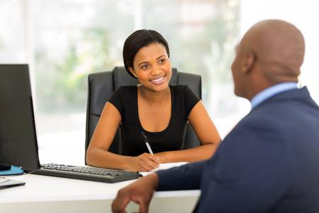 gestion empresarial: socios de negocios modernos que tienen reuni�n en la oficina Foto de archivo
