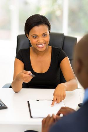 professionnel: affaires africain professionnelle donnant son partenaire d'affaires d'un contrat pour la signature