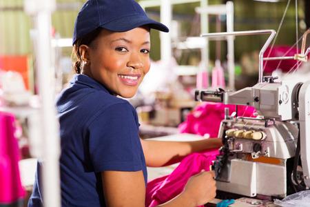 Bonne femme vêtements africains ouvrier d'usine de couture