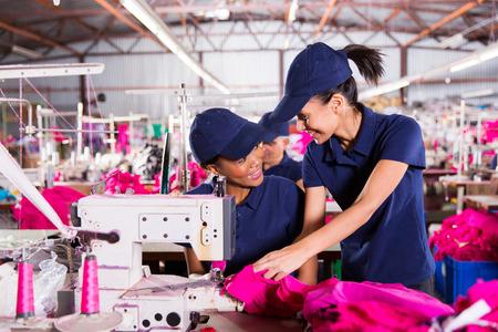 collarin: hermosas trabajadores de cuello azul que discuten el trabajo