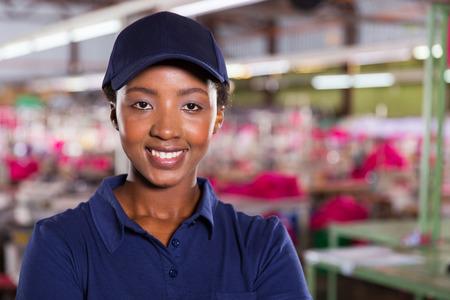 mujer trabajadora: sonriente mujer trabajador industrial en una f�brica textil Foto de archivo