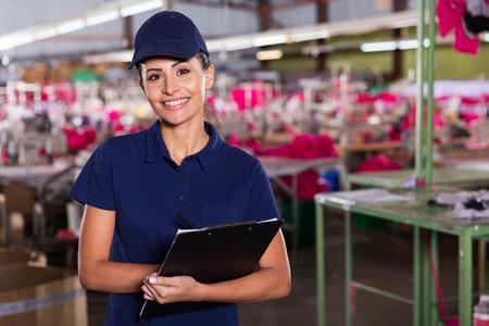 Alegre joven supervisor de fábrica de ropa de pie en el área de producción Foto de archivo - 32754740