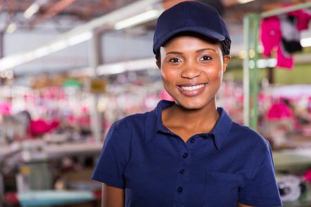 portrét šťastné ženské oblečení tovární dělník